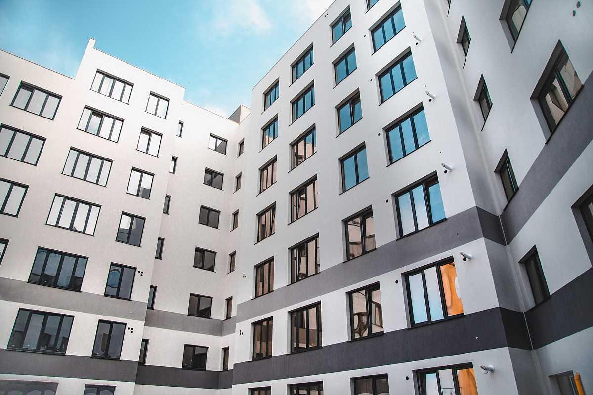 Izotec-complex-bloc-ferestre-balcon-suceava