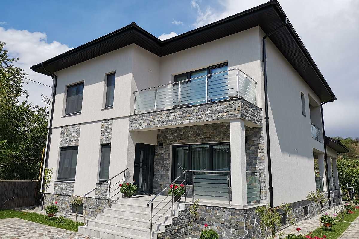 Izotec-vila-etaj-ferestre-gri